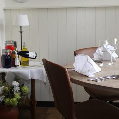 Ronde tafel met decoratie